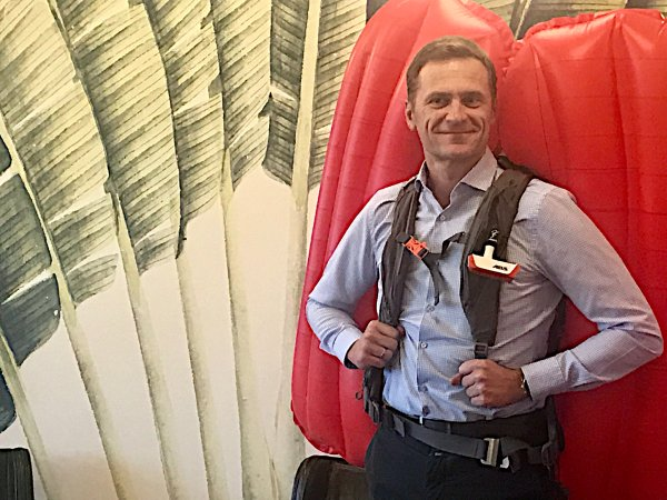 1)	Stefan Mohr, the new CEO of ABS Protection, together with the avalanche rucksack P.RIDE.