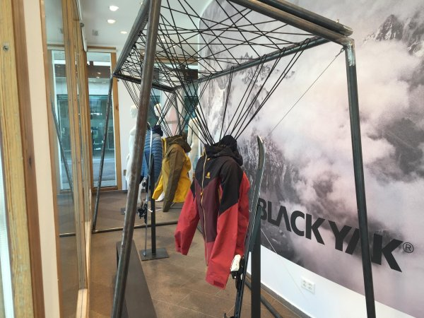 Blackyak-Jacken im Schaufenster