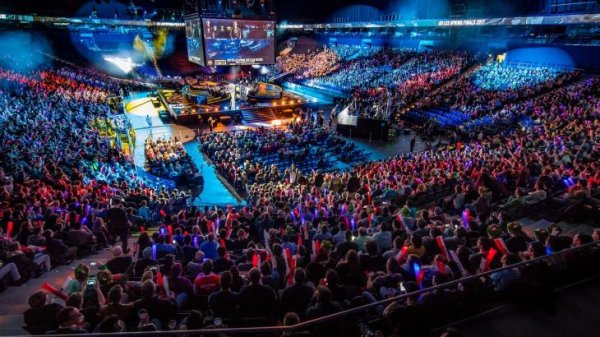 365 million people consume esports, events of the League of Legends fill large halls, the target group is young and attractive for sports brands.