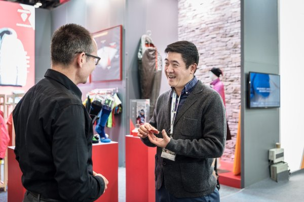 An exhibitor and a trade visitor meet at the ISPO Beijing.