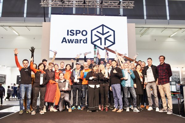 19 Gold Winners and a Product of the Year representative on stage: The group photo of the Snowsports Award winners.
