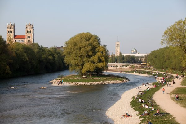 Outdoor idyll Munich: Jogging by the Isar.