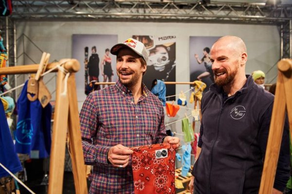 Freeride star Bene Mayr (left) at the ISPO Munich 2018 with partner MaxFred.