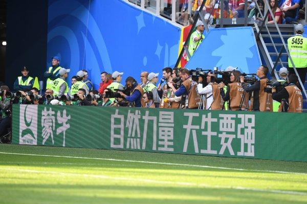 Mengniu ist auf einer Bande im WM-Stadion in Russland zu sehen