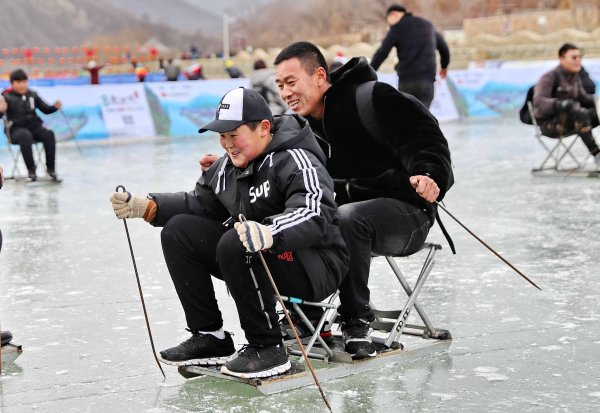 Looks like these two Chinese even invented a new sport.