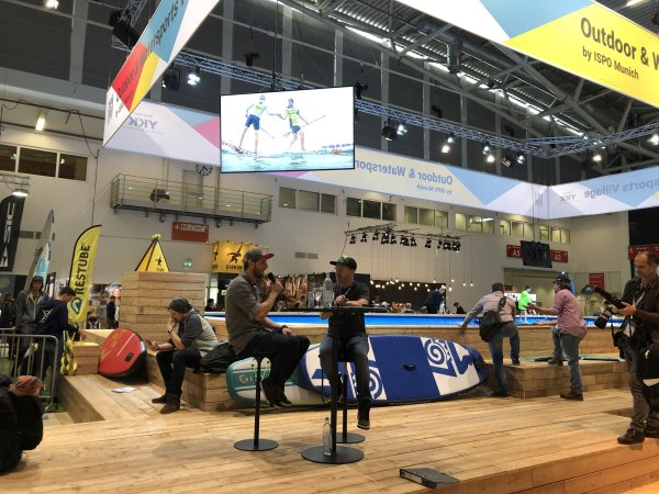 Casper Steinfath (l.) im Outdoor & Watersports Village auf der ISPO Munich 2019