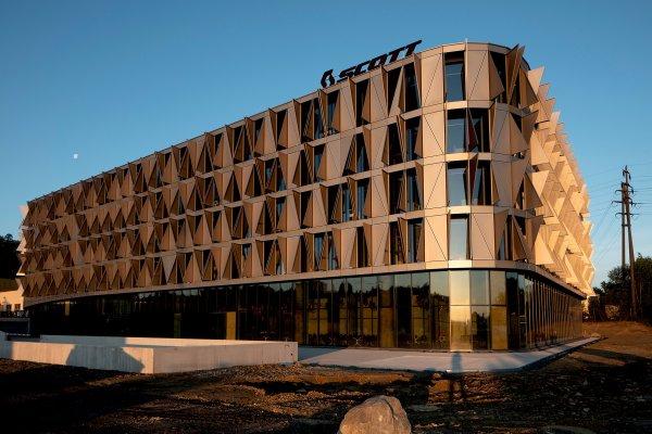 Das Gebäude besteht aus Holz, Beton, Glas und Metall.