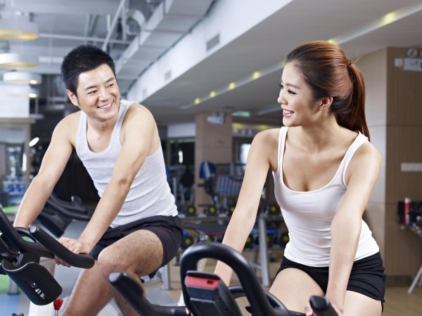 A Chinese couple in a fitness studio
