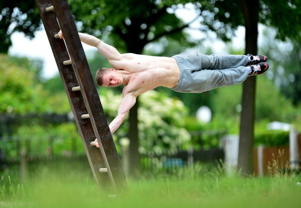 A Caltisthenitics excercise: The Human Flag