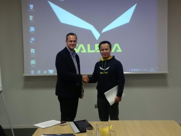 New partners for the Chinese market: Massimo Baratto (left), CEO of Oberalp Group (Salewa), with Yu Tingtao, product director at Tutwo.