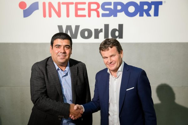 Welcome to the Intersport family: Sporting goods retailer from Santiago de Chile, Cristian Córdova (left), with Franz Julen, chief executive of Intersport International Corporation.