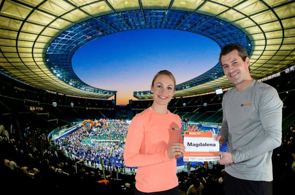 She will be the new brand ambassador: Magdalena Neuner will also be starting at the finals in Berlin with B2RUN Managing Director Lars Gerling (r.).