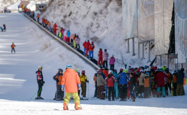 One Magic Carpet and a lot of people: this is how ski resorts look in China.