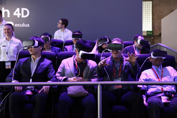 Scheint Spaß zu machen und sieht auch von außen lustig aus: Die Virtual Reality Headsets waren auf dem Mobile World Congress 2016 in Barcelona der Renner.