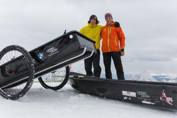 Stefan Glowacz and Robert Jasper (orange) show how you can use the carbon pulka as a rickshaw on the Zugspitze.