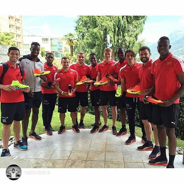 Eleven Swiss national players obediently wear their Puma shirts, their shoes on the other hand are by Nike. This picture causes annoyance for the German sportswear manufacturer.