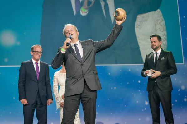 Lifting the prize: Jan Lorch, member of Vaude's Board, is able to accept the next environmental award for the rebuilding of the company headquarters.
