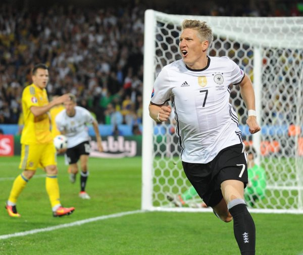 Bastian Schweinsteiger rejoices in the Adidas jersey – the outfitter agreement with the DFB was extended until 2022.