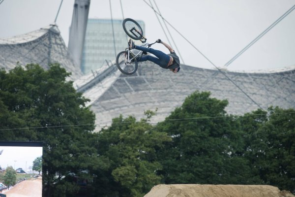 In slopestyle mountain biking there are extreme stunts in impressive scenery.