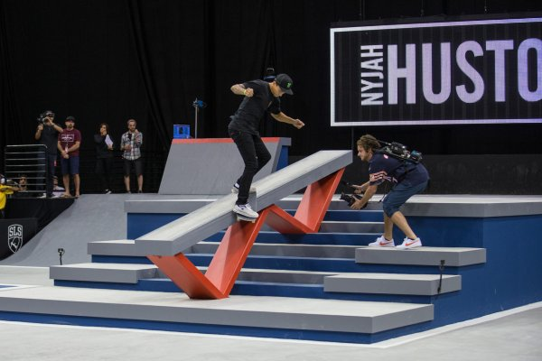 Nyjah Huston is the superstar of the street skateboarding scene: Here he performs on a typical course.