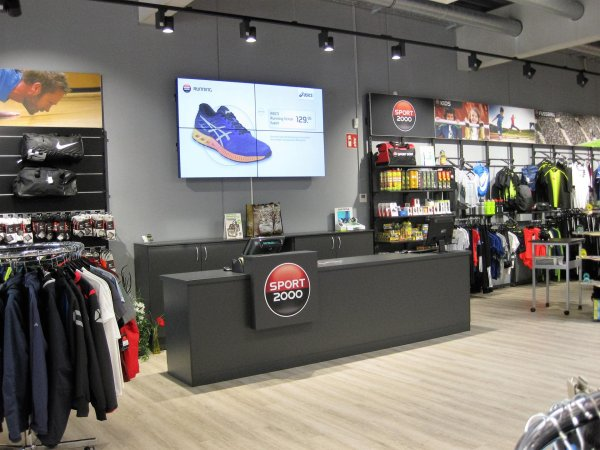 Sport 2000 wants to charge its stores with more emotions: A first measure for this is large screens that are being installed.