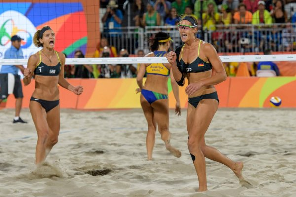 Laura Ludwig (r) and Kira Walkenhorst celebrate their win in the 2016 Olympic beach volleyball final in Rio.