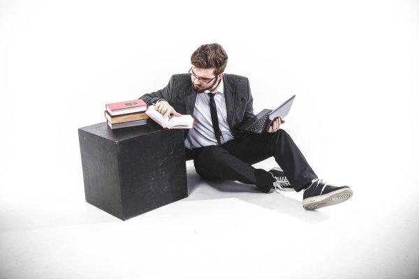 Anzug und Sneaker: Wann Sie diese Kombination tragen dürfen