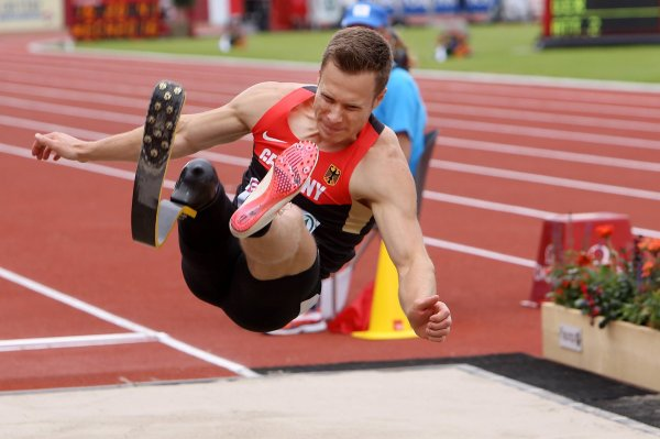 Sportler haken in olympisches Dorf