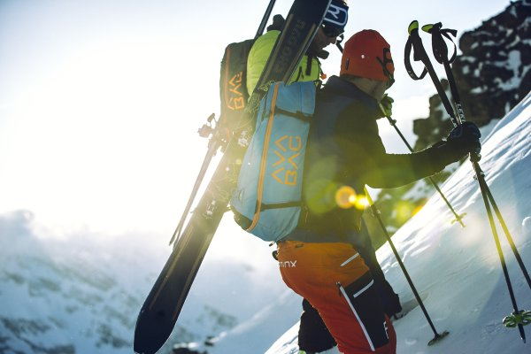 Perfect for ski touring and freeriding: The Ortovox Avabag only weighs 690 grams.