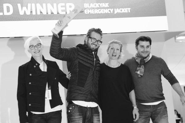 BLACKYAK wurde mehrfach ausgezeichnet beim ISPO AWARD 2016/2017: Maximilian Nortz, Managing Director International Business bei BLACKYAK (mit Pokal) bei der Preisverleihung.