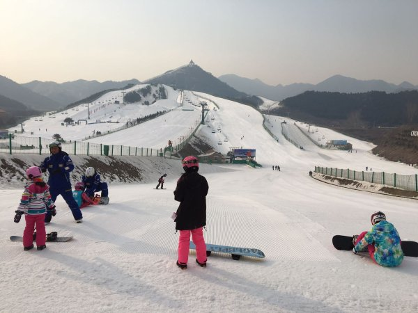 A lot of beginners are out on China's pistes: Here a ski instructor (l) is explaining what to do on a snowboard.