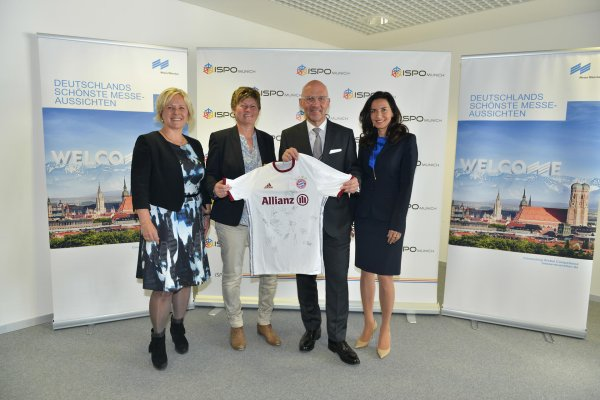 "Presented a soccer shirt signed by the players of the FC Bayern women's team (from left): Sandra Bindler, Member of the Executive Board of Münchner Bank eG, Karin Danner, Manager of the Department of Women's soccer at FC Bayern Munich, Klaus Dittrich, Chairman of the Board of Messe München GmbH and Clarissa Käfer, Head of the ""Clarissa and Michael Käfer Foundation""."