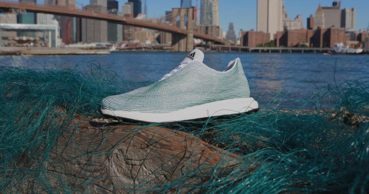 Ein Adidas Schuh aus Ozeanmüll