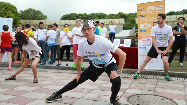 Participants of the ISPO Shanghai Morning run do stretching