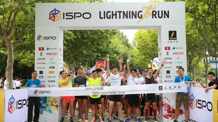 Participants of the ISPO Shanghai Morning Run before the starting signal