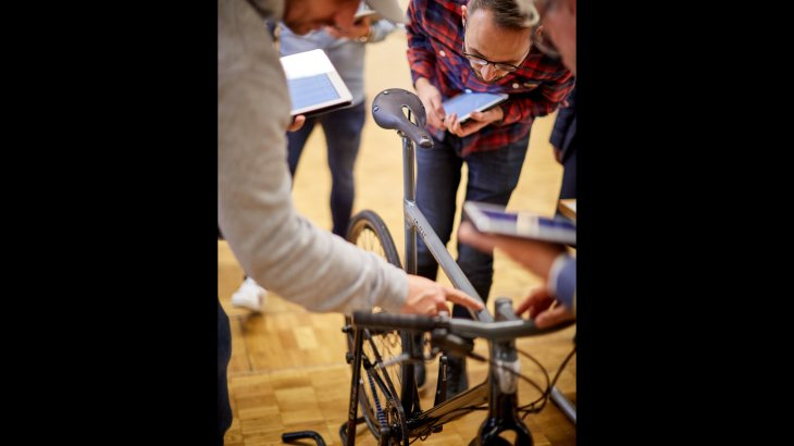 Andreas Sczekalla (YKK) and Robert Käding (Gibbon Slacklines) take a closer look at the details of the bike.
