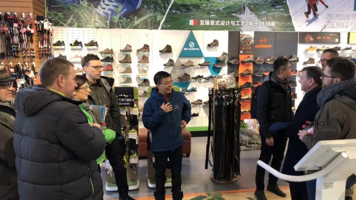 The participants of the Retail Tour visit the brandnew flagship store of Sanfo in Western Beijing. CEO Zhang Heng himself takes the time to show his guests around on the 1000 square-meters display area.