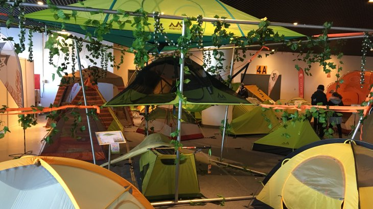 A tree house is to complicated to build? The ISPO Beijing presents plenty of alternatives. With the products of Himaget you can build your own tent city up in the trees.