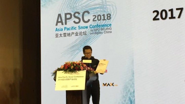 "Wu Bin presents his ""White Book"" on the stage of the Asia Pacific Snow Conference. It's the third time that he analyzes the status quo of the Chinese ski industry."