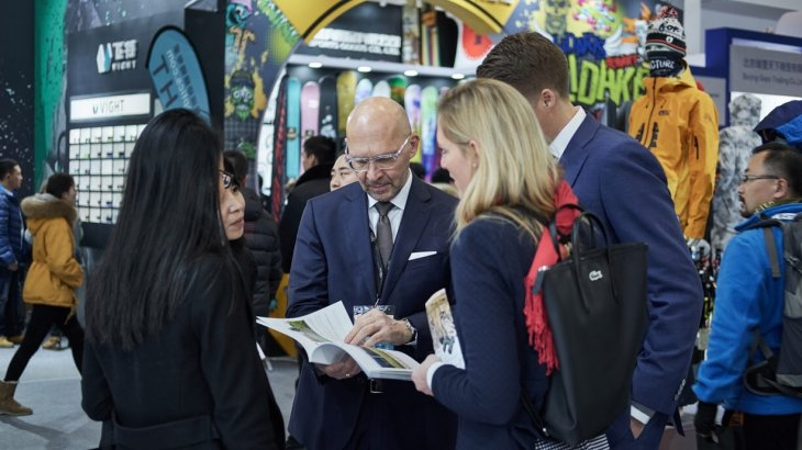 Klaus Dittrich, CEO of the Messe Munich, explores the halls of the multisegment sports fair together with Elena Jasper (ri., front), Exhibition Director der ISPO Beijing.