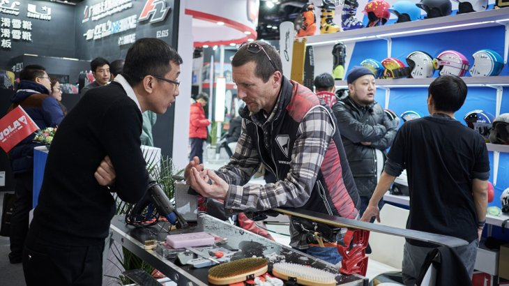 Wintersport is booming in China but without the necessary know how, the fun out on the slopes will come to a sudden stop. Therefore, the ISPO Beijing provides a booth where the visitors learn how to prepare their equipment perfectly.