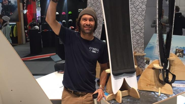 A snowboard legend to touch: Freerider Jeremy Jones himself at the Jones Snowboards booth in hall B4.