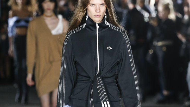 The collaboration between Alexander Wang and Adidas offers a mixture of athleisure and rave look. The designer has already launched his third collection with the sporting goods giant. Wang consistently turns the Adidas logo upside down. The designs are characterized by a subversive pixel look and deliberately incorporated shortcomings.