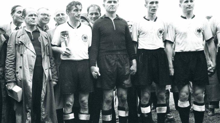 Die deutschen WM Trikots von 1954 bis 2018 in Bildern