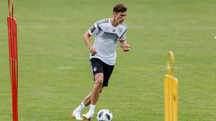 Leon Goretzka, german football player, practicing at a field.