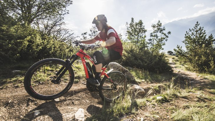 E-mountain biking is becoming increasingly popular, and manufacturers are shining with innovations. We show the e-Mountainbike trends 2018/2019 in pictures.