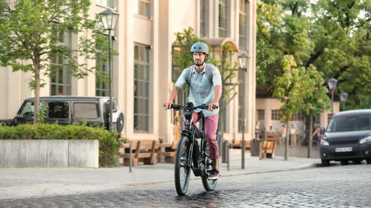 Bosch itself is also working on an innovation that e-mountain bikers could like: The company launches the first anti-lock braking system for pedelecs. It was developed on the model of the proven motorcycle ABS. The principle: wheel speed sensors monitor the speed of both wheels. If the front wheel locks during a heavy braking manoeuvre, the E-Bike-ABS intervenes and ensures riding stability. In addition, there is an intelligent rear wheel lift-off control which reduces the probability of rollovers.