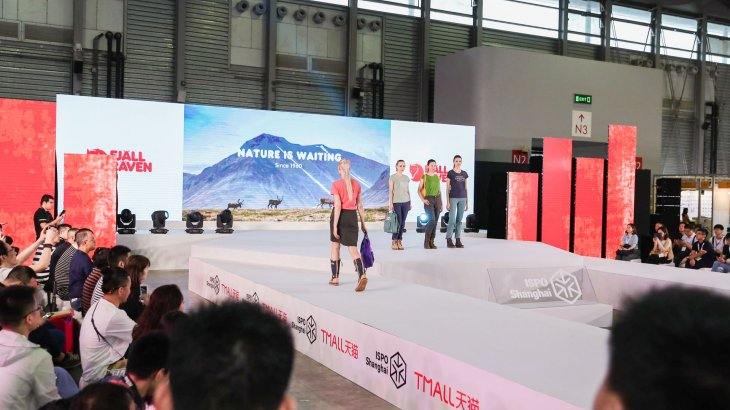 The clothes of the models at the fashion show could be bought directly in the ISPO Tmall Shop with one click.