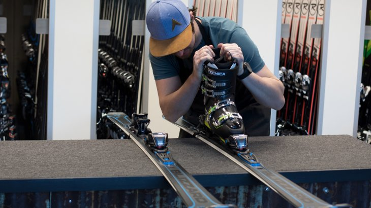 Cumbersome and time-consuming: Binding adjustment with a ski boot.