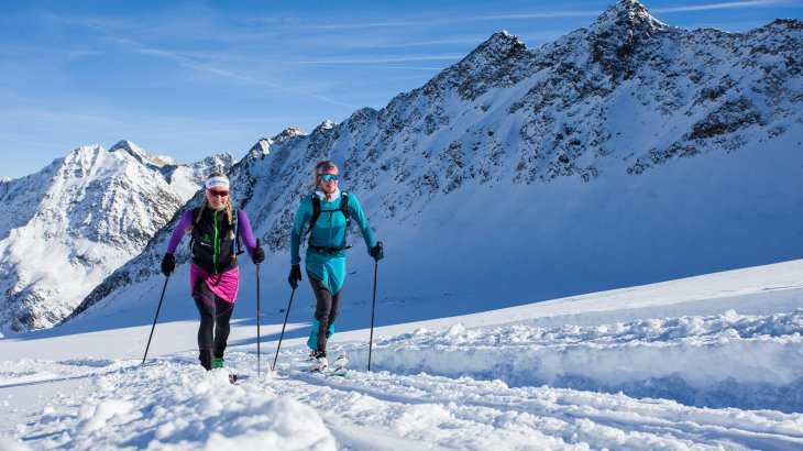 Ski tours are trendy. The number of touring enthusiasts moving in open terrain has been growing steadily for about ten years. No wonder that tourism associations, ski lift operators and winter sports companies have set themselves the goal of helping beginners with ski touring trails.